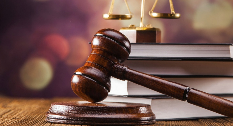 Dictaminan que un tribunal no puede seccionar en partes un acuerdo de juicio abreviado y rechazar un decomiso ofrecido