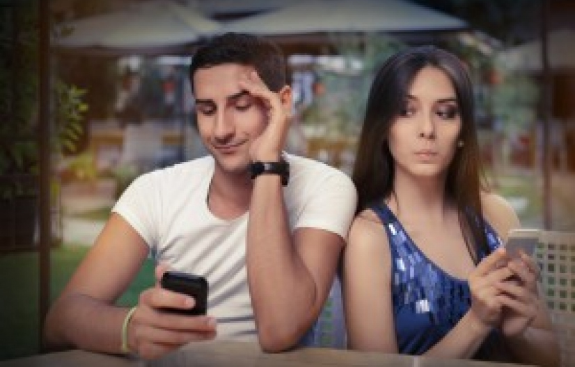 Cuidado! Ahora un fallo de la Corte determinó que espiar el celular de la pareja es un delito federal