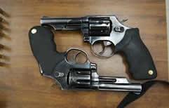 588 armas de fuego fueron encontradas en dependencias policiales de Rosario, San Lorenzo y Santa Fe.