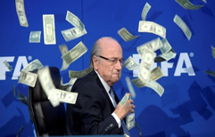 Lluvia de dólares falsos para el presidente de la FIFA Joseph Blatter