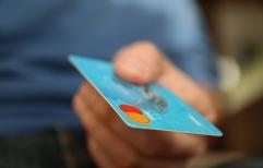 Sancionan a un restaurante por cobrar recargo por pago con tarjeta de crédito